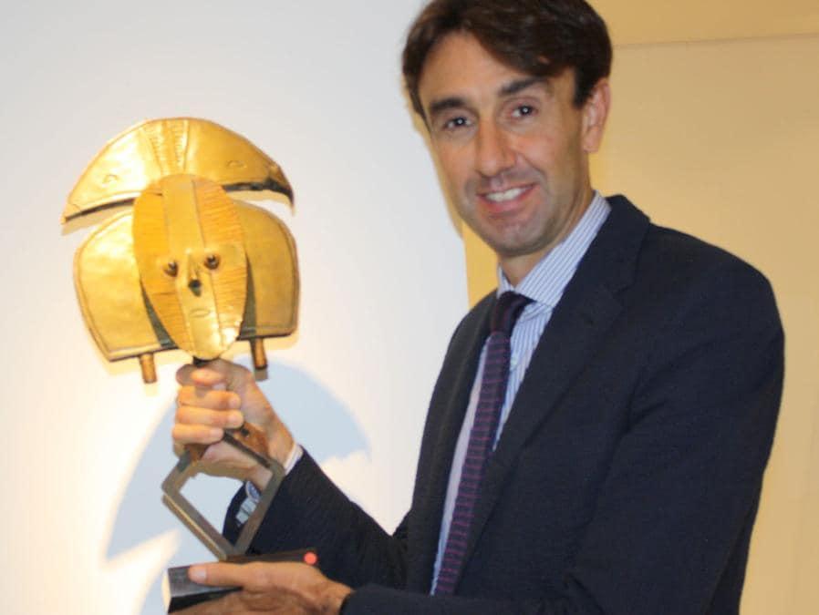 Galleria Dalton-Somarè. Tomaso Vigorelli con un reliquiario Kota del valore di circa 30.000 euro. La galleria ha presentato circa 25 opere, 6 delle quali sono state vendute. Prezzi: 5.000 - 50.000 euro. http://www.daltonsomare.com. (foto Antonio Aimi)