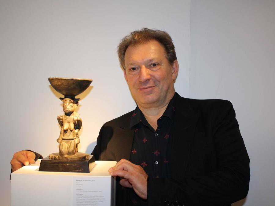 Galleria Schoffel. Serge Schoffel accanto a coppa Agere Ifa del valore di circa 35.000 euro. La galleria ha venduto diverse opere, ma solo tre di notevole importanza. https://sergeschoffel.com/fr (foto Antonio Aimi)