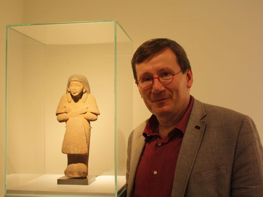Galleria Harmakhis. Jacques Billen accanto a una figurina dell'antico Egitto del valore di 300.000 euro. La galleria ha presentato circa 30 pezzi offerti ed è molto soddisfatta delle vendite. Prezzi: 4.000 - 450.000 euro. https://www.harmakhis.be (foto Antonio Aimi)