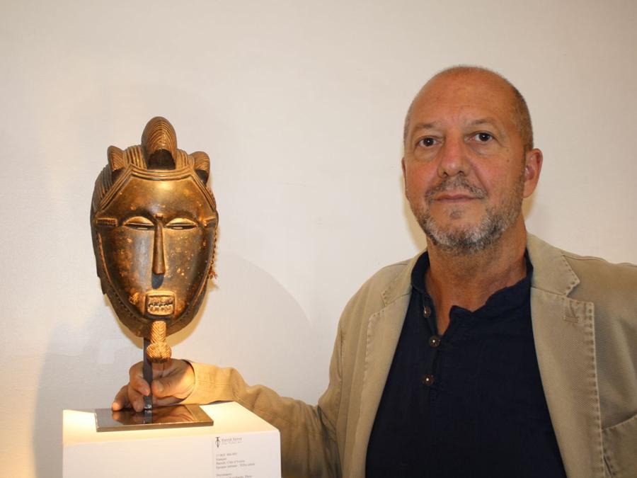 Galleria Serra. David Serra accanto a una maschera Baulé del valore di 90.000 euro. La galleria ha presentato circa 30 opere, 14 delle quali sono state vendute  Prezzi: 2.000 - 40.000 euro. https://www.davidserra.es/ (foto Antonio Aimi)