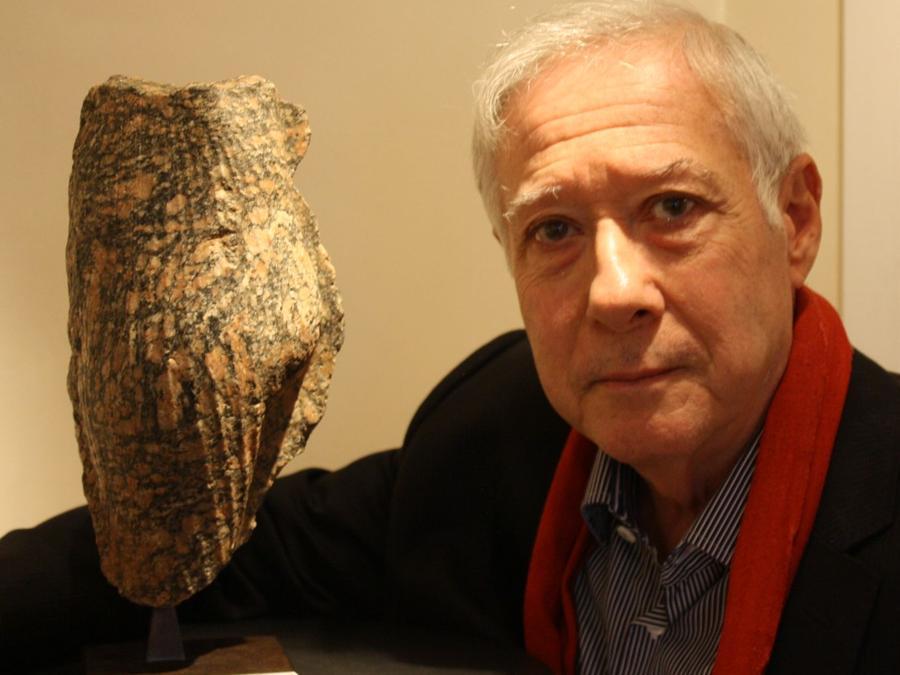 Galleria L'Ibis. Lucien Viola accanto alla scultura, purtroppo incompleta di Nefertiti. La galleria ha presentato circa 20 opere di arte dell'antico Egitto, 3 delle quali sono state vendute mentre una è stata prenotata da un museo. Prezzi: 2.000 - 1.500.000 euro. http://www.galerielibis.com/ (foto Antonio Aimi)
