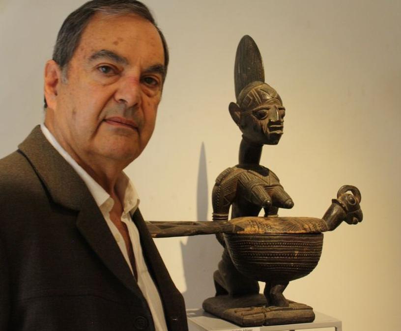 Galleria Afrique. Alain Dufour accanto a una scultura Yoruba del valore di 70.000 euro. La galleria ha presentato circa 72 opere , 12 delle quali sono state vendute. Prezzi: 300 - 100.000 euro. http://www.aa-galeries.com/ (foto Antonio Aimi)
