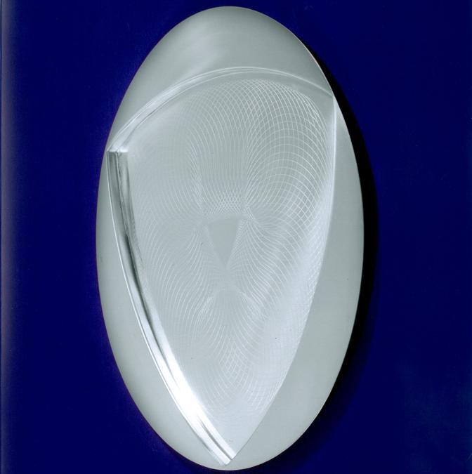 Franco Grignani, Piatto «Trifoglio», 1972, Acciaio inox, prodotto per Alessi, 37,5 cm di diametro(Archivio Manuela Grignani Sirtoli, © Matteo Zarbo)