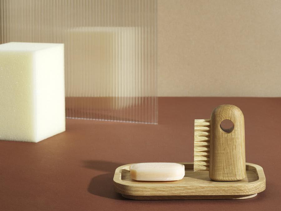 Nift di Simon Legald per Normann Copenhagen. Spazzole di diverse dimensioni con manici in rovere e setole naturali. La spazzola più grande (33 euro), con le setole morbide, è ideale per la spazzolatura dei vestiti o del corpo a secco; la spazzola media (27 euro), con le setole più dure, è perfetta per pulire le calzature o in cucina per la pulizia degli ortaggi; quella più piccola (20 euro), dalle setole morbide, può essere utilizzata per la pulizia accurata di funghi, tastiere e altri piccoli oggetti della casa.