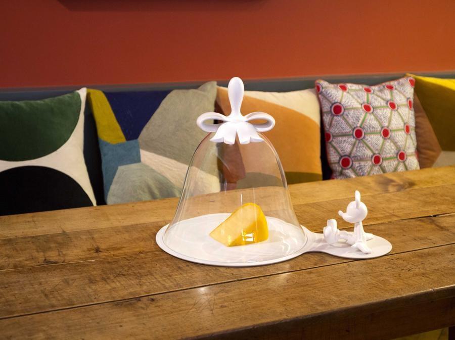Cloche a Fromage, di Marcel Wanders per Leblon Delienne. Campana portaformaggio con Topolino in porcellana di Limoges e vetro. Fa parte delle reinterpretazioni del celebre personaggio Disney condotte dal marchio francese con Wanders e altri artisti e designer.