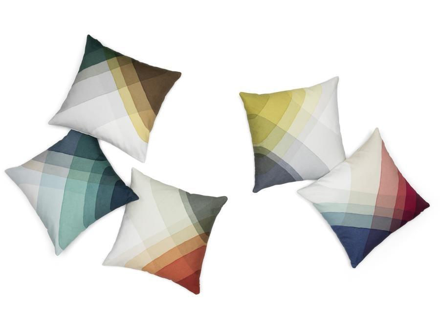 Herringbone Tree, di Raw Edges per Vitra. Alberelli stilizzati in legno dipinti attraverso ripetute immersioni nel colore. Disponibili in set da tre in edizione limitate. Fanno parte della collezione Herringbone disegnata dal duo Raw Edges per Vitra che comprende anche cuscini e stoviglie per la casa.