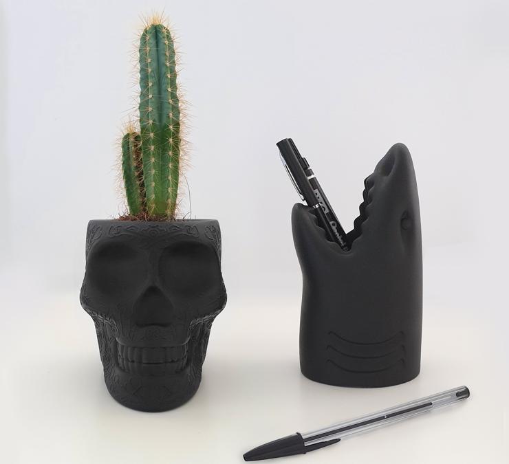Mexico e Killer XS, di Studio Job per Qeeboo. Nuove versioni piccole di due pezzi iconici del giovane marchio di Stefano Giovannoni Qeeboo, che in origine erano rispettivamente una fioriera e un portaombrelli: ora diventano un vaso e un portapenne. In polietilene.