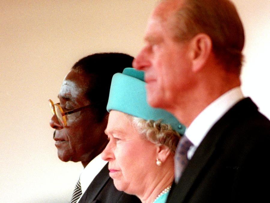 La regina Elisabetta II e il duca di Edimburgo si trovano con il presidente dello Zimbabwe, Robert Mugabe (sinistra) a Londra il 17 maggio 1994. REUTERS/Kevin Coombs/File Photo