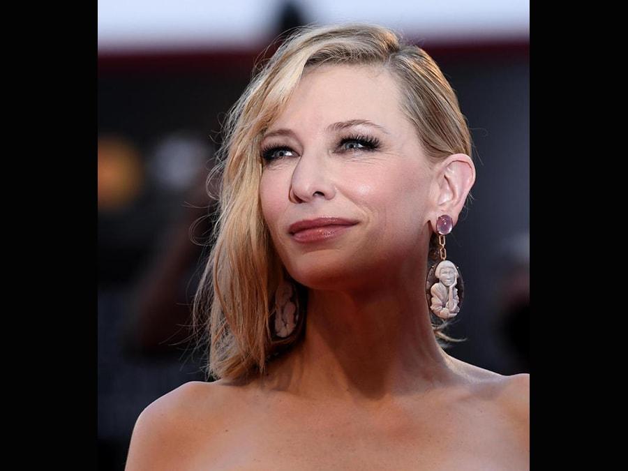 Gli orecchini di Cate Blanchett sono creazioni di Cindy Sherman per Lizworks