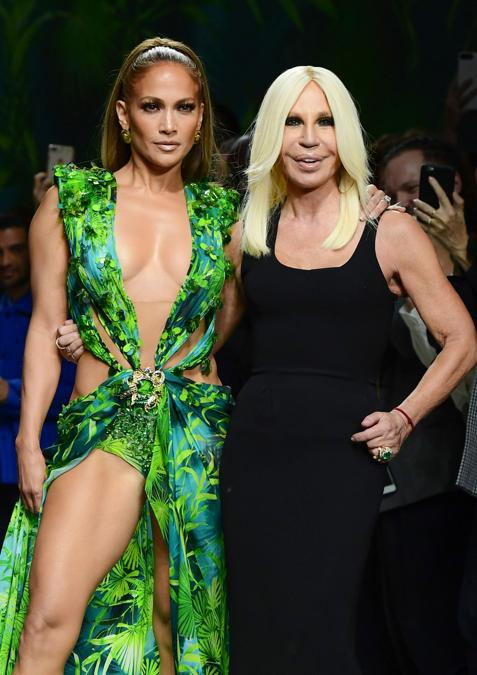 Jennifer Lopez e Donatella Versace. (Photo by Miguel MEDINA / AFP)