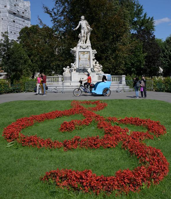 La statua del più famoso compositore austriaco Wolfgang Amadeus Mozart  nel giardino di Burg a Vienna, in Austria. (Photo by JOE KLAMAR / AFP)