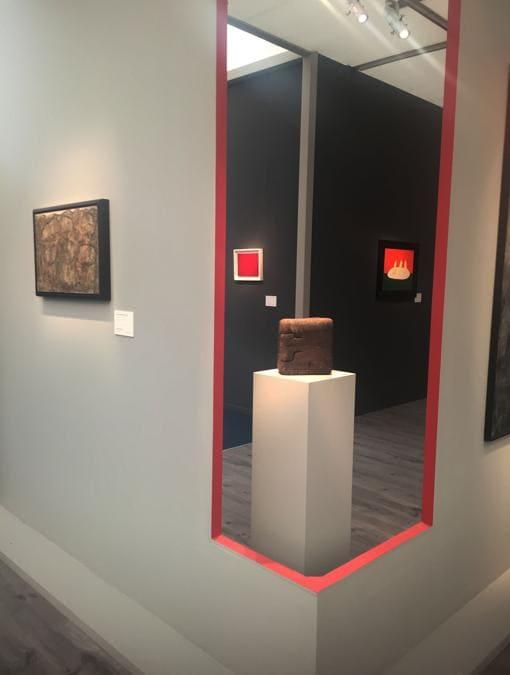 Dickinson: installazione con (da sinistra): Dubuffet, Fontana rosso, scultura di Chillida, De Stael