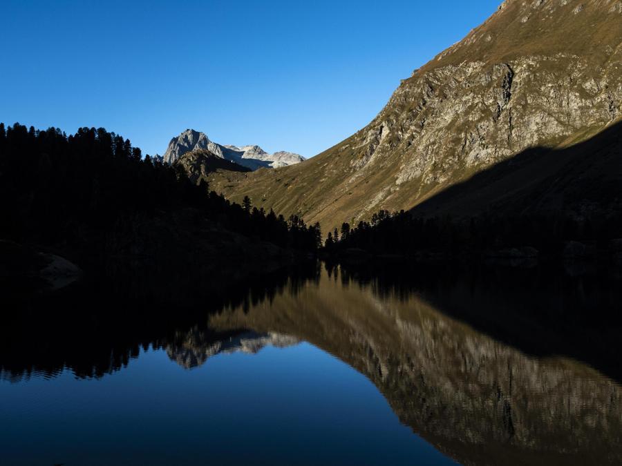 Vista del lago di Cavloc, vicino al passo Maloja in Val Forno, (EPA/GIAN EHRENZELLER)