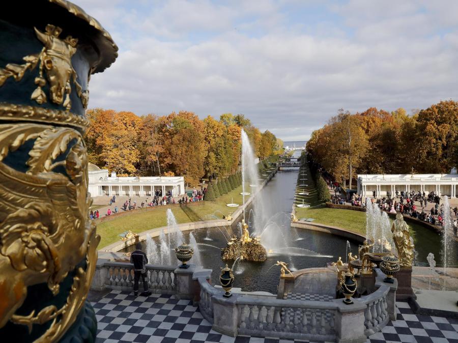 I giardini e i palazzi del complesso Peterhof che si trovano a circa 30 chilometri da San Pietroburgo ex residenza degli zar e patrimonio UNESCO. (EPA/ANATOLY MALTSEV)