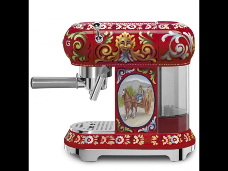 Smeg, Sicily my Love, design Dolce&Gabbana, macchina per caffè che fa parte di una collezione di piccoli elettrodomestici di grande impatto; funziona con lapolvere o le cialde di carta, con scaldatazze passivo, regolazioni per durezza acqua (con decalcificatore), vapore, temperatura e lunghezza del caffè. Stand by automatico e avviso per decalcificazione.