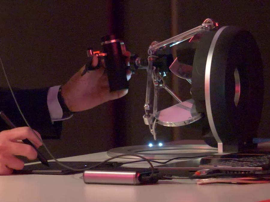 Il chirurgo controlla il braccio robotico