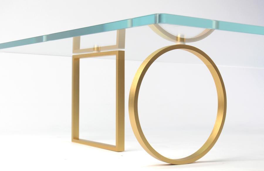 Bagatto di Ilaria Bianchi. Coffee table con piano in vetro temperato, sostenuto da elementi di ottone torniti a mano che rappresentano «quattro semi e quattro direzioni… Quattro elementi alchemici»