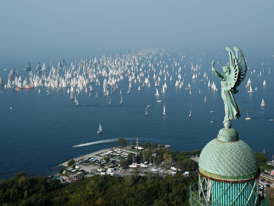 Partenza della regata della Barcolana dal porto di Trieste. (REUTERS/Alessandro Garofalo)