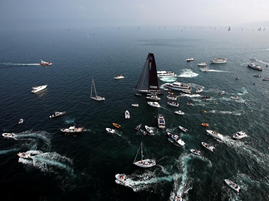 Barche circondano Colmar, il vincitore della regata della Barcolana. (REUTERS/Alessandro Garofalo)
