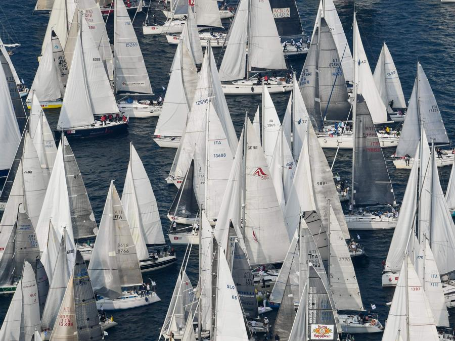 Con circa 2000 navi, The Barcolana ha il maggior numero di partecipanti di qualsiasi regata velica al mondo. (Photo by Andreas SOLARO / AFP)
