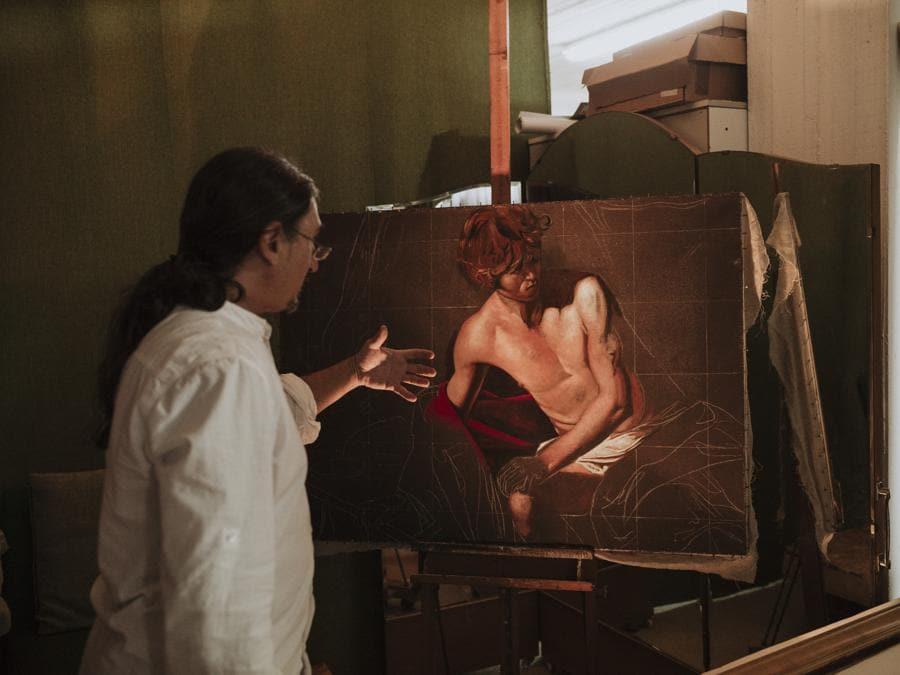 Il copista di Caravaggio Calogero Termine. Fotografia di Gianfranco Gallo, 2019