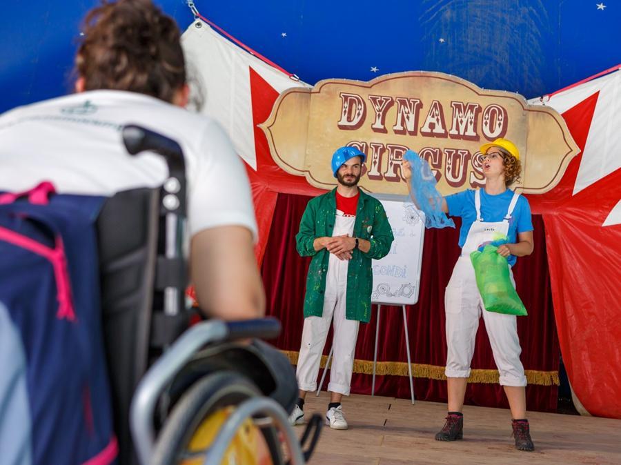 Giocoleria, mimo e clownerie: bambini e ragazzi si divertono a lavorare su loro stessi in modo espressivo e divertente con piatti e palline guidati dallo staff