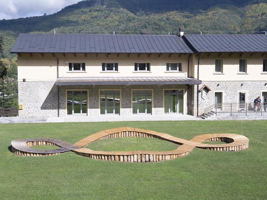 Dynamo Art Factory ha coinvolto più di 100 artisti del panorama contemporaneo dell'arte per creare coi bambini. Dynamo Camp è ambasciatore del Terzo Paradiso di Michelangelo Pistoletto