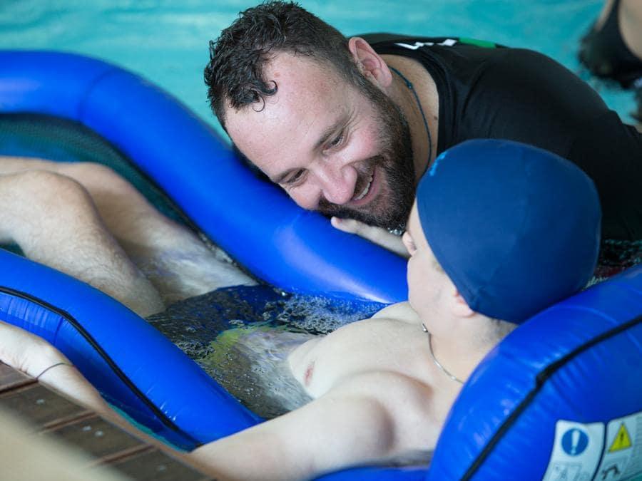 Dalla vasca adeguatamente riscaldata agli scivoli di accesso, a strumenti pensati ad hoc, la piscina come ogni struttura a Dynamo Camp è accessibile e inclusiva