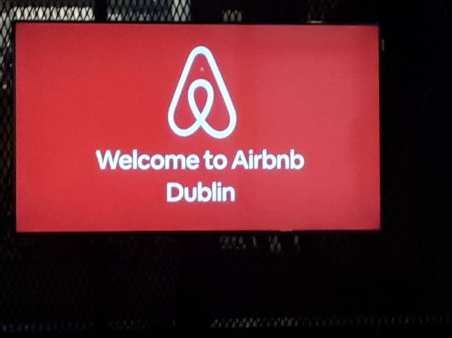 L'insegna che accoglie i visitatori nella sede di Airbnb a Dublino