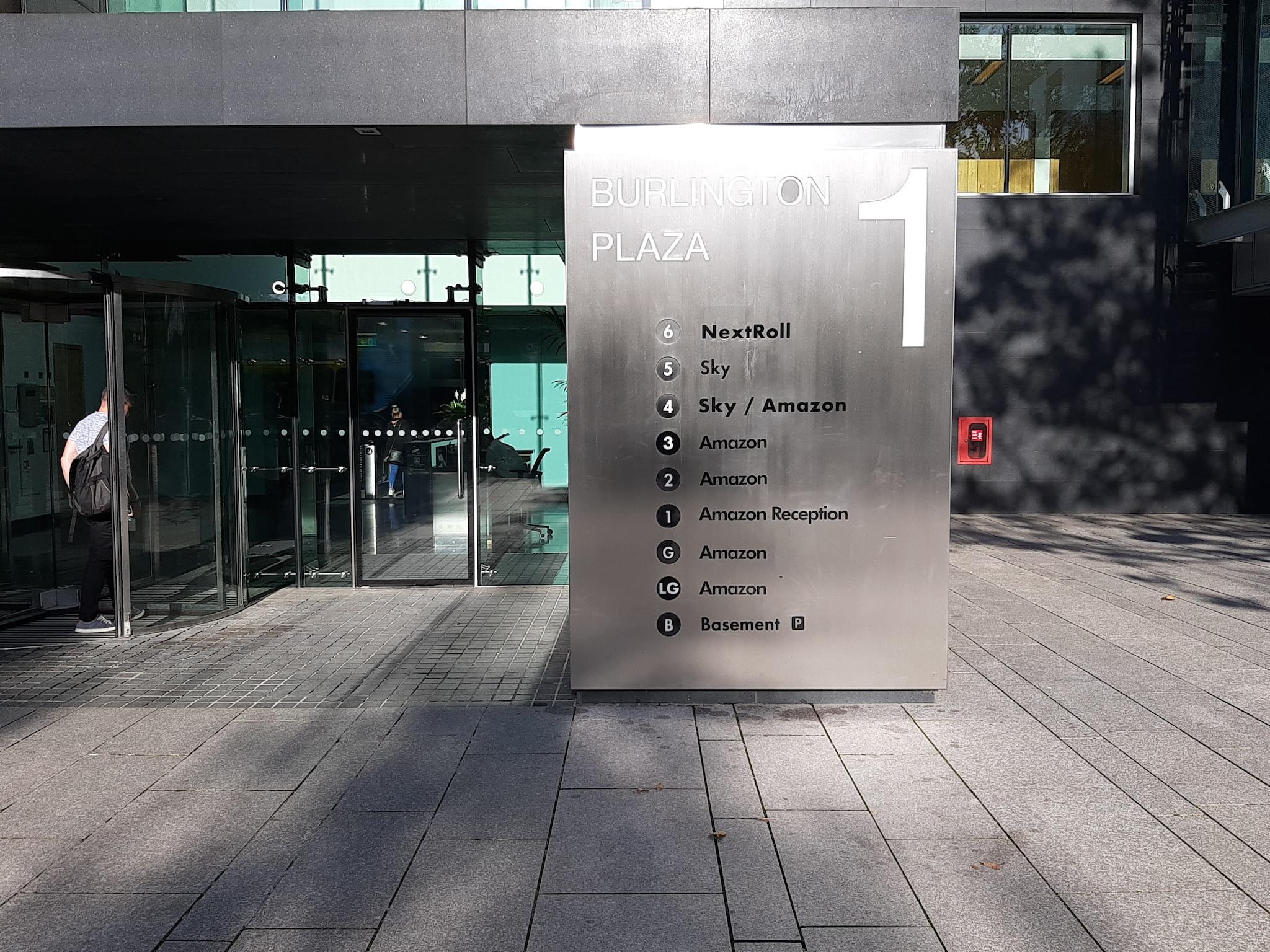 L'ingresso del quartier generale di Amazon al numero 1 di Burlington Plaza a Dublino