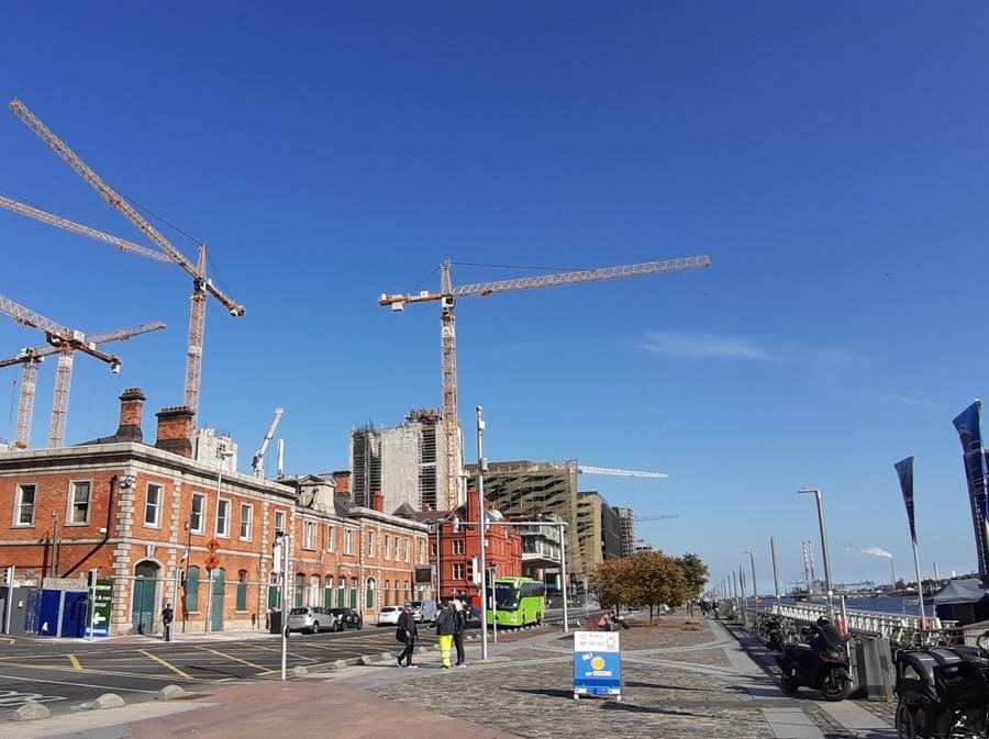 Lavori nella zona Noth Dock di Dublino, dove è sorto un distretto degli affari che è ancora in espansione