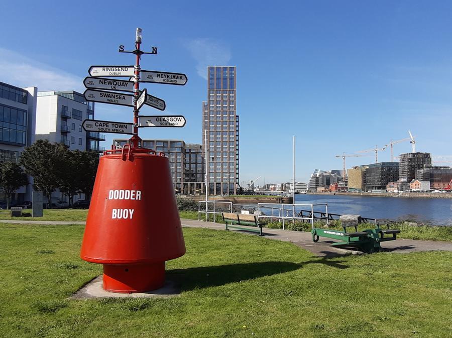 Una installazione che indica le direzioni geografiche a poca distanza dalla sede di Oxfam Ireland nella zona dei docks di Dublino