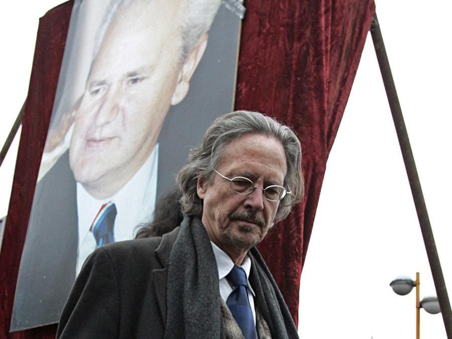 2006, Pozarevac, Serbia. Peter Handke ai funerali di Slobodan Milosevic (Ansa/Ap)