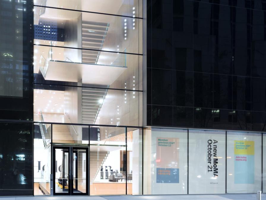 Il Blade stair atrium visto dall'esterno; il progetto è firmato dallo studio di archistar Diller Scofidio + Renfro in collaborazione con Gensler (credit: Iwan Baan, courtesy of MoMA)