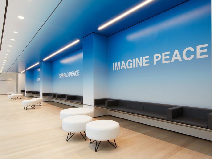 Anche gli spazi di transito del nuovo MoMa sono punteggiati da installazioni, come questa di Yoko Ono, «PEACE is POWER» (credit: 2019 The Museum of Modern Art, foto Heidi Bohnenkamp)