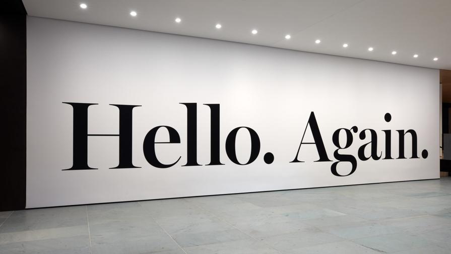 La lobby del MoMa è costellata di opere, installazioni ed esposizioni aperte al pubblico, con entrata libera. L'iconica «hello again» di Haim Steinbach è un omaggio a Steve Jobs ma anche un augurio per il nuovo MoMa, rimasto chiuso per mesi per riaprire il 21 ottobre completamente reinventato nella formula e negli spazi  (credit: © 2019 The Museum of Modern Art, foto Heidi Bohnenkamp)