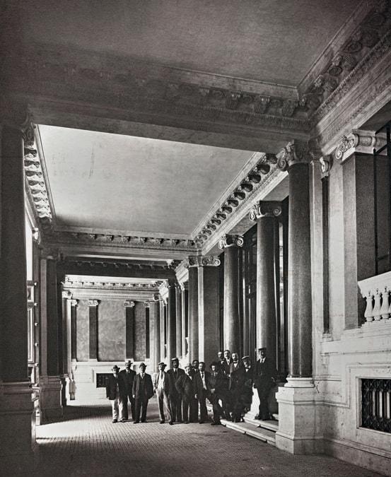 Impiegati della Cassa depositi e prestiti nell'ingresso principale della sede di via Goito a  Roma, 1912
