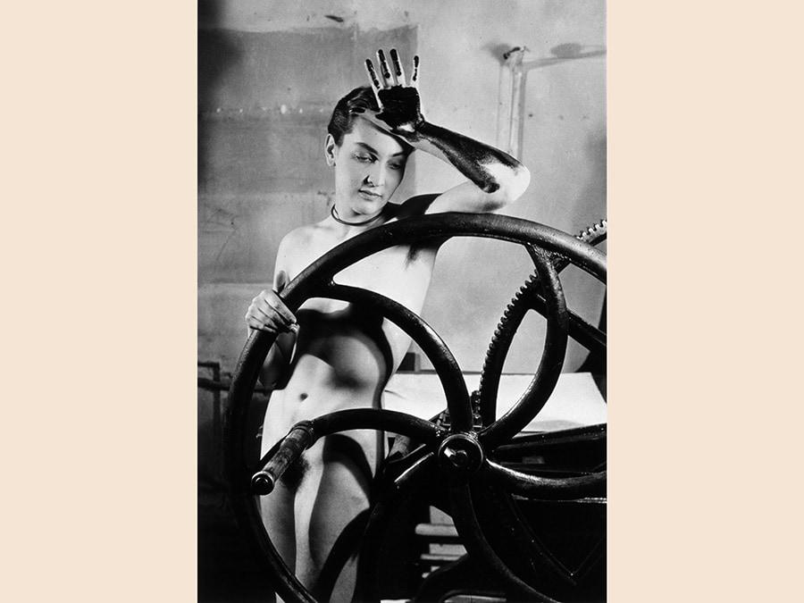 Man Ray,  Erotique voilée, Meret Oppenheim, à la presse chez Louis Marcoussis, 1933  - 1980, cm 40.4 x 30.5, collezione privata,  courtesy Fondazione Marconi, Milano, © Man Ray Trust by Siae 2019