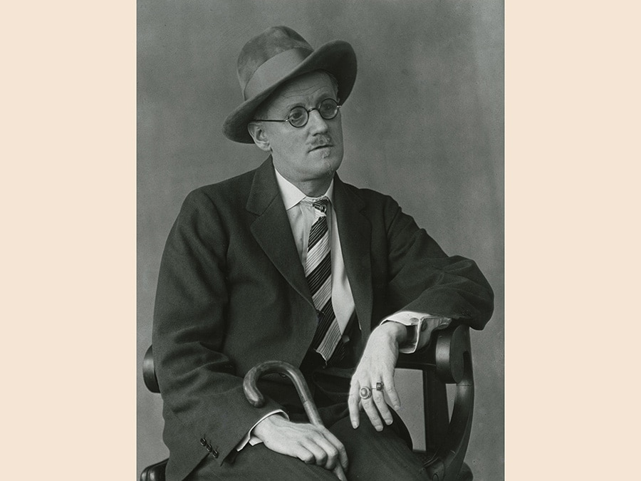 Berenice Abbott,  James Joyce, Paris, 1927, stampa vintage ai sali d'argento, cm 52.5 x 42.5 x 3, courtesy of Howard Greenberg Gallery, New York, © Berenice Abbott/Getty Images