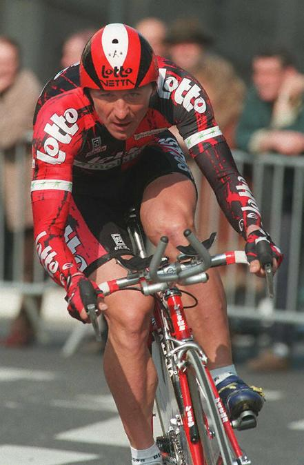 Il ciclista ucraino Andreï Tchmil (Photo by Pascal PAVANI / AFP)