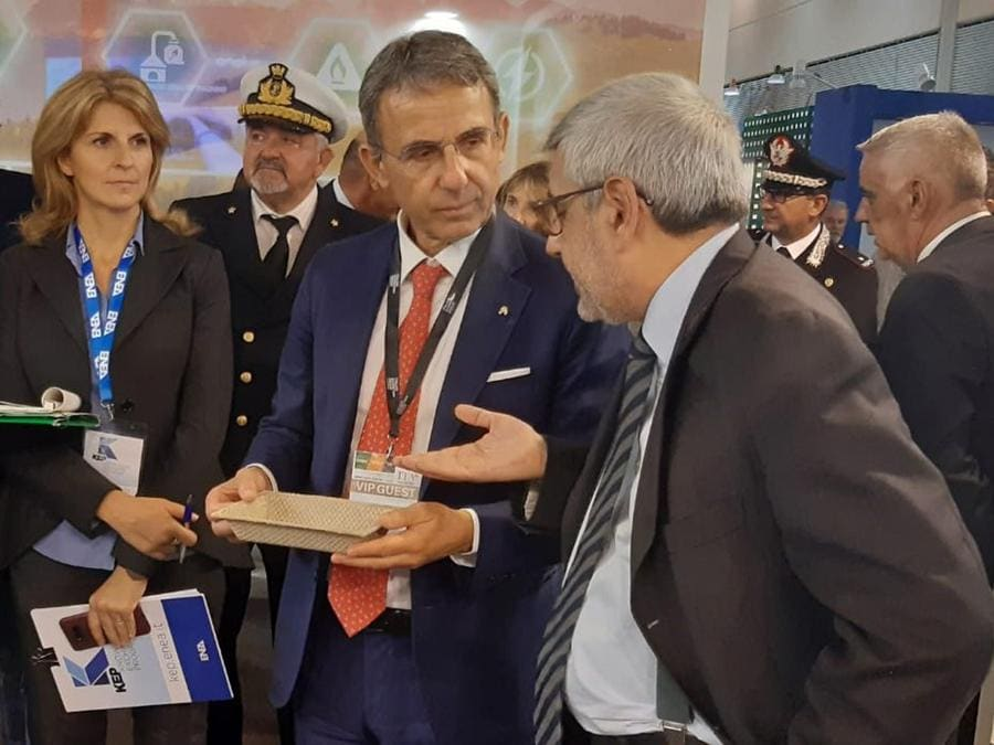 Ecomondo, premio Ecofuturo, il ministro Costa con la vaschetta di bioplastica dell'Enea