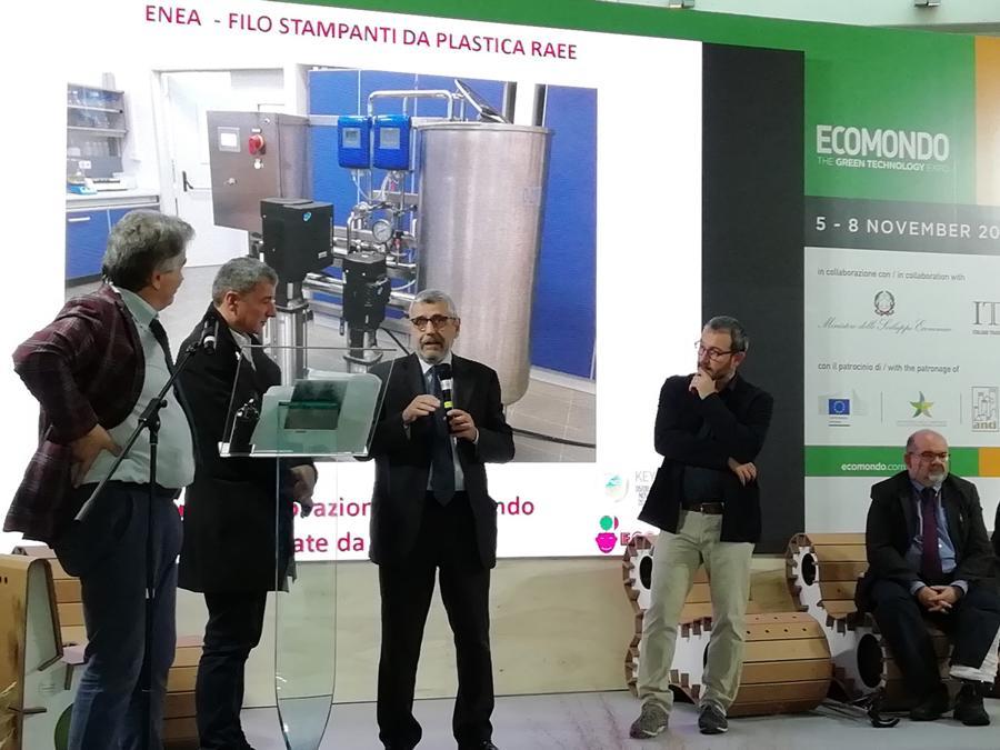 Ecomondo, premio Ecofuturo, un momento della premiazione. Seduto sulla destra, il giornalista Sergio Ferraris