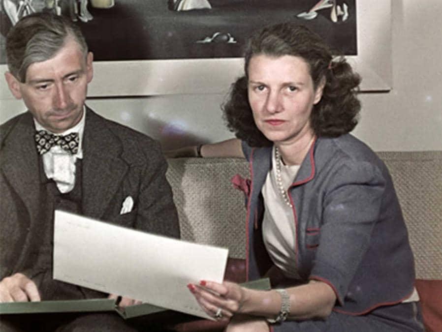 Peggy Guggenheim con il critico Herbert Read nella sua galleria londinese nel 1939