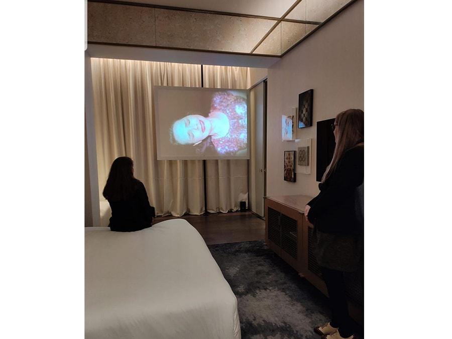 Una delle stanze dell'hotel Almanac di Barcellona adibita a sala proiezione durante la fiera