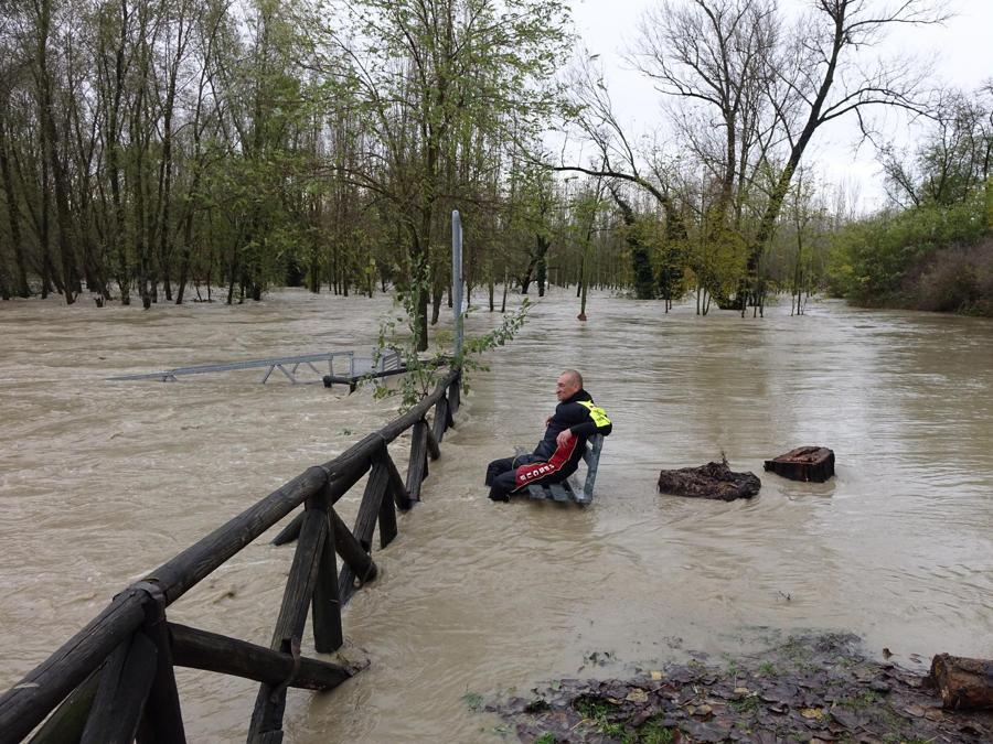 La piena del fiume Tanaro ad Alessandria. (ANSA/DINO FERRETTI)