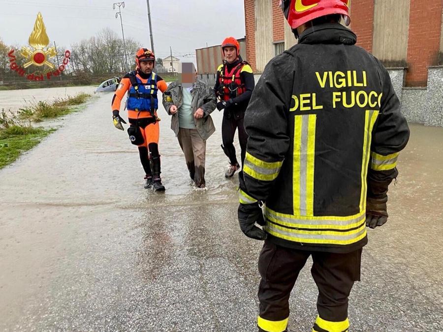 Un intervento dei vigili del fuoco a None (Torino).( ANSA/VIGILI DEL FUOCO)