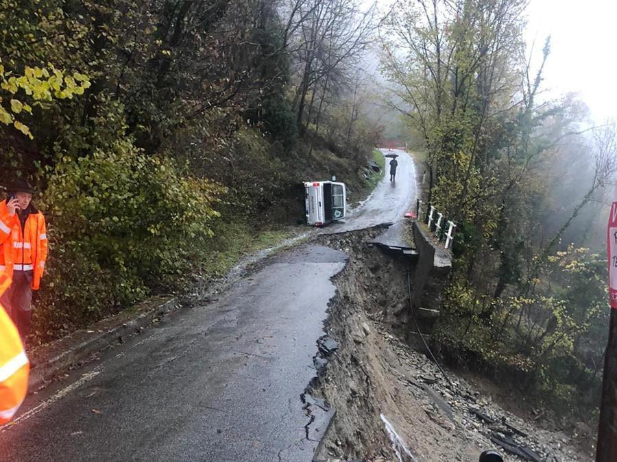 Un pick-up del Comune di Villadossola e' rimasto coinvolto nella frana della strada a Valpiana, frazione montana di Villadossola. Il cedimento della strada ha capottato il pick-up, ma le due persone a bordo non hanno riportato ferite. (ANSA)
