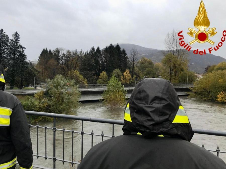 Un intervento dei vigili del fuoco nell'alto Varesotto. (ANSA/VIGILI DEL FUOCO)