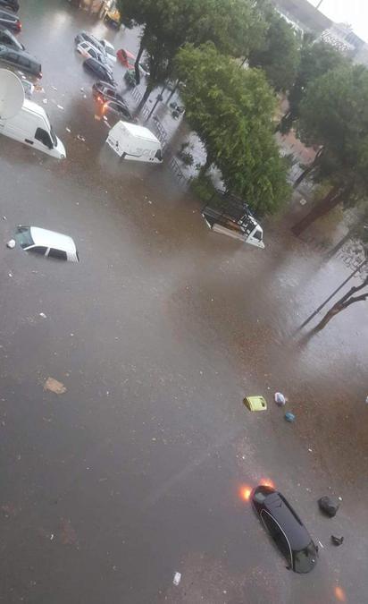 Auto sommerse in una strada allagata a causa delle forti piogge, Reggio Calabria. (ANSA/ GIORGIO NERI)