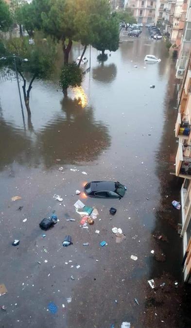 Auto sommerse in una strada allagata a causa delle forti piogge, Reggio Calabria. (ANSA/ US VIGILI DEL FUOCO)